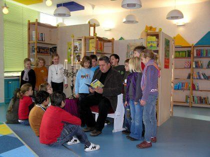 Vorlesestunde zur Büchereieinweihung